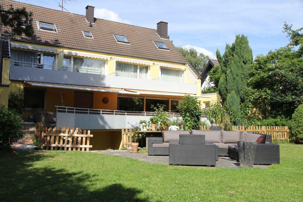 Blick aus dem Garten auf das Hotel Haus Mariandl in Düsseldorf