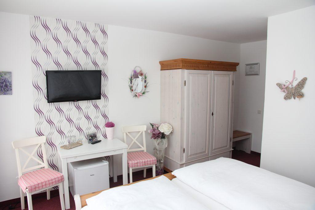 hotelzimmer im haus mariandl in duesseldorf sind im modernen landhausstil eingerichtet